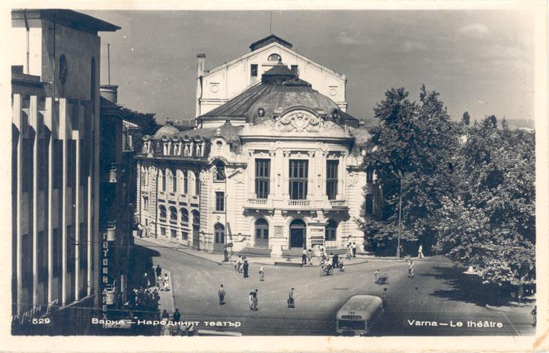 Централният площад със сградата на театъра