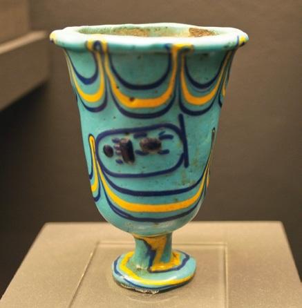 Древноегипетска чаша от 15 в. пр.н.е. Смята се, че това е най-старият запазен стъклен съд