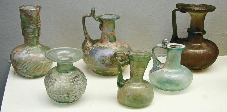 Подобно на част от днешния стъклен амбалаж произведеното в Римската империя стъкло притежава зеленикав оттенък. Той се дължи на наличието на желязо в изходните смеси