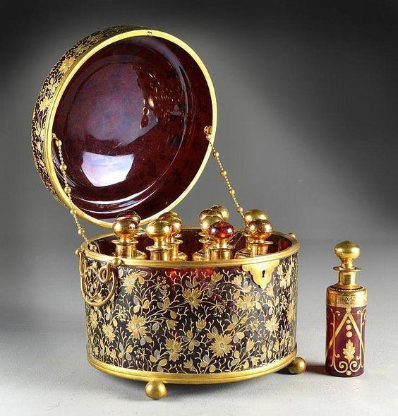 Кралска златна кутия за парфюм