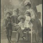 Райна Карастоянова със семейството си - БИА - НБКМ