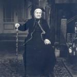 Пенка Василева в ролята на баба Гицка. Театър Варна