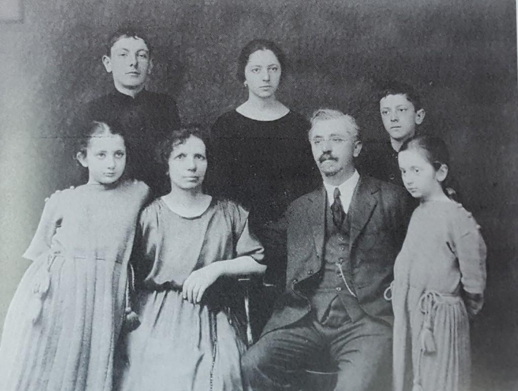 Павел Генадиев със семейството си